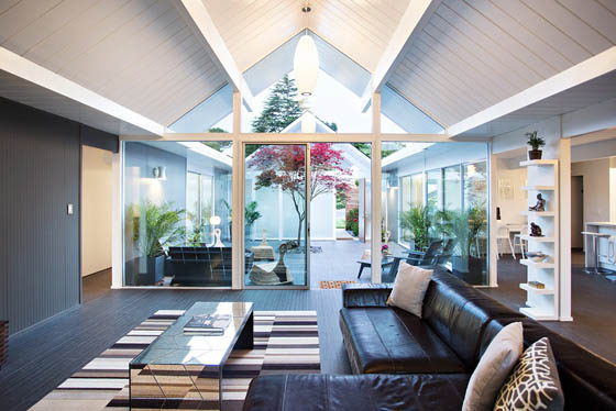 Contemporary California House with Beautiful Inner Terrace