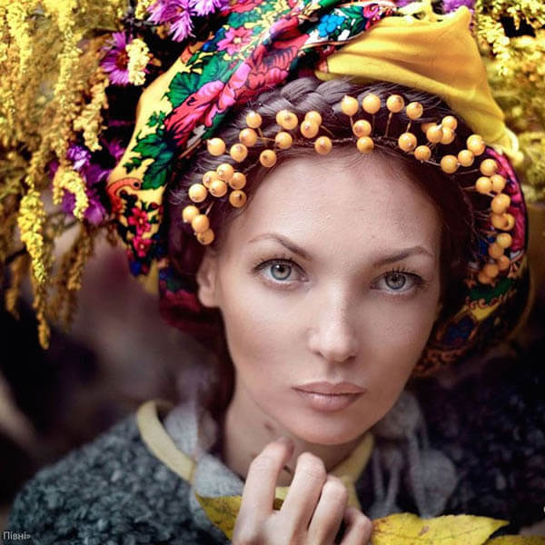 Stunning Portraits of Women and Girls Wearing Traditional Ukrainian Crowns