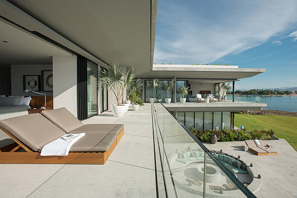 Dramatic Luxury Beach House Overlooking the Pacific