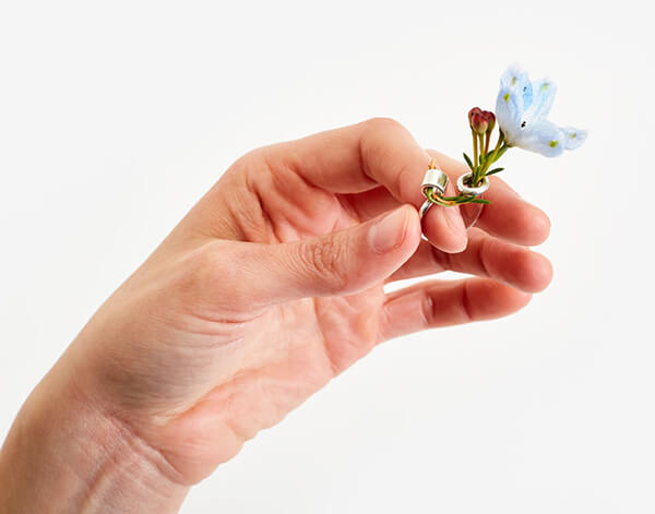 Ikebana Ring: Now You can Wear a Small Bouquet on Your Fingers